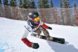 Afbeelding van een pro snowboarder in alpine race