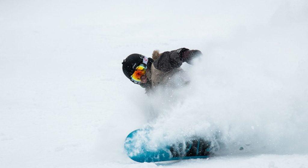 afbeelding van een snowboarder freeride in de poedersneeuw