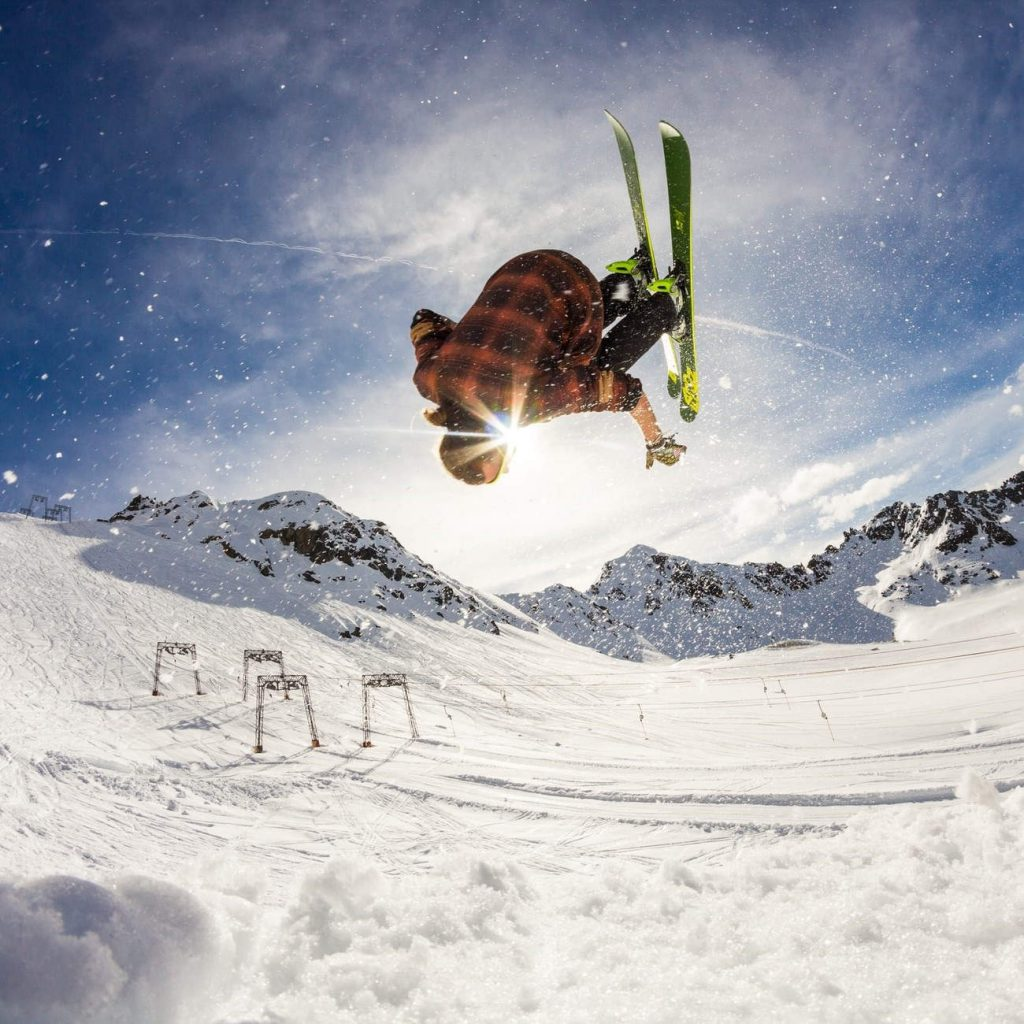 afbeelding van skier die freestyle trick doet