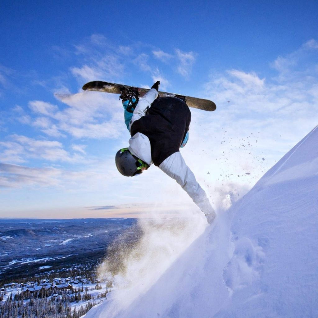 afbeelding van snowboarder die freestyle trick doet