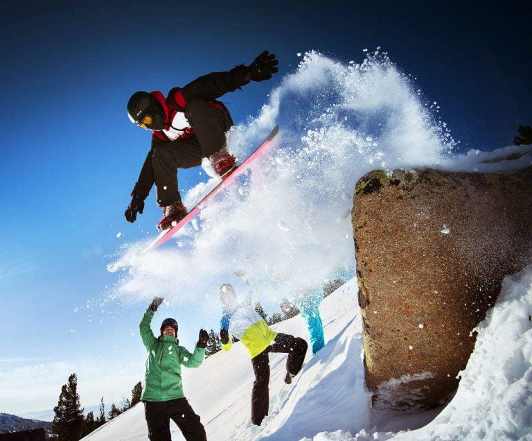afbeelding van snowboarder die van rots springt