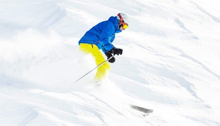 skiër op de skipiste