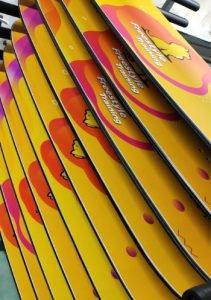 afbeelding van meerdere Wax&Board Trampoline boards op een rek
