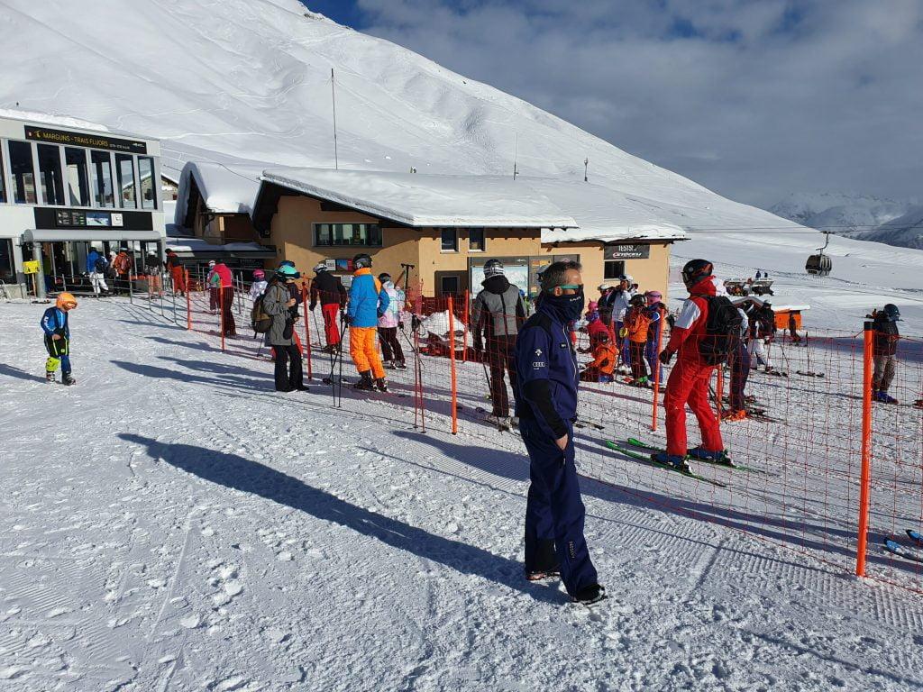 skilift operator die een oogje in het zeil houdt, of men de Covid-19 regels a/h opvolgen is