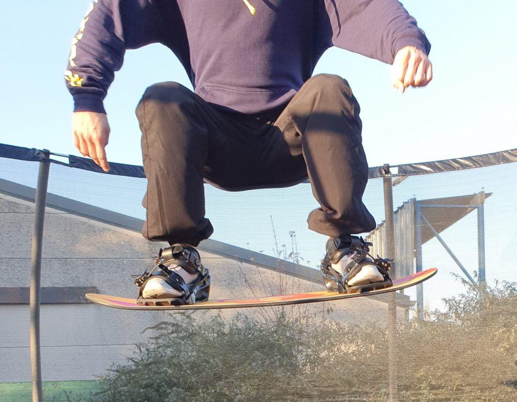 Afbeelding van Freestyle Snowboard training, met een Trampoline Board, waarbij je een Grab gaat leren