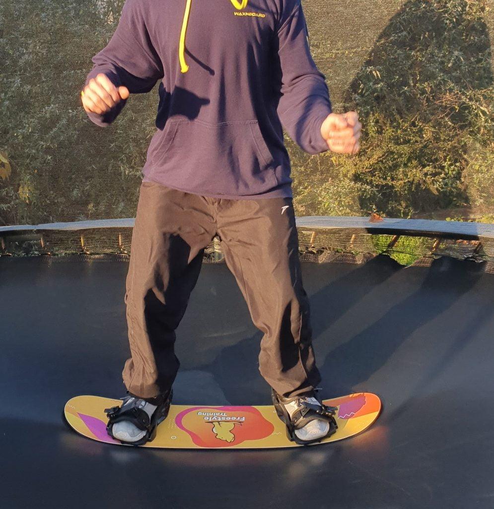 Afbeelding van Freestyle Snowboard training, met een Trampoline Board, waarbij je een Indy Grab gaat leren